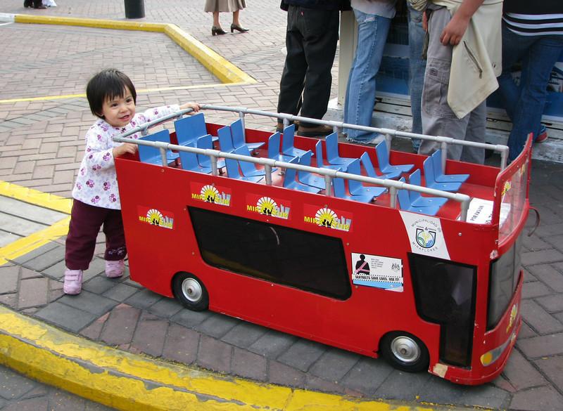 Angela wants to go sightseeing... in her own bus.<br /> Angela quiere tomar un tour... en su propio bus.
