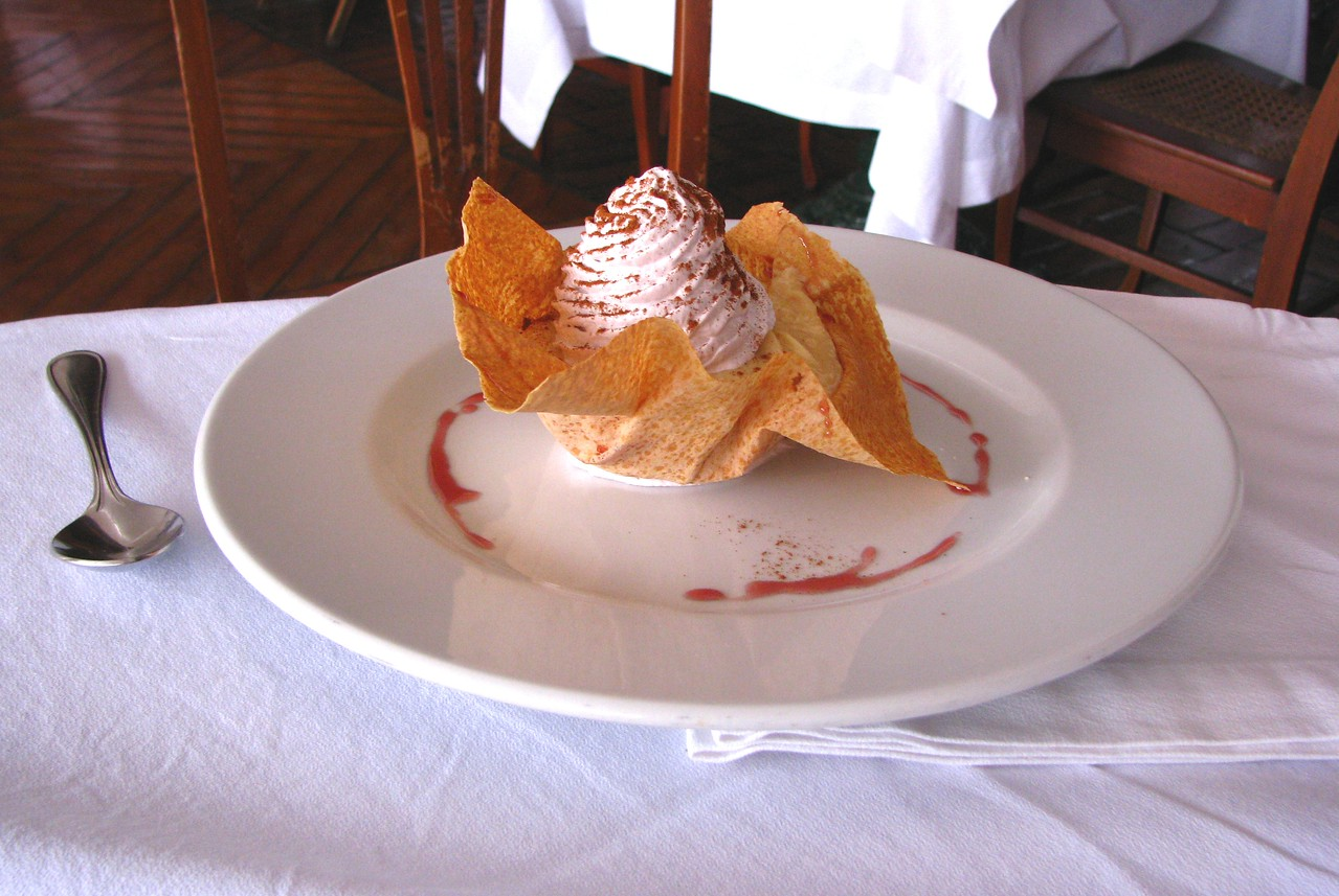 To finish, fried ice-cream, lucuma flavor of course...<br /> <br /> Para terminar, helado frito, de lucuma por supuesto...