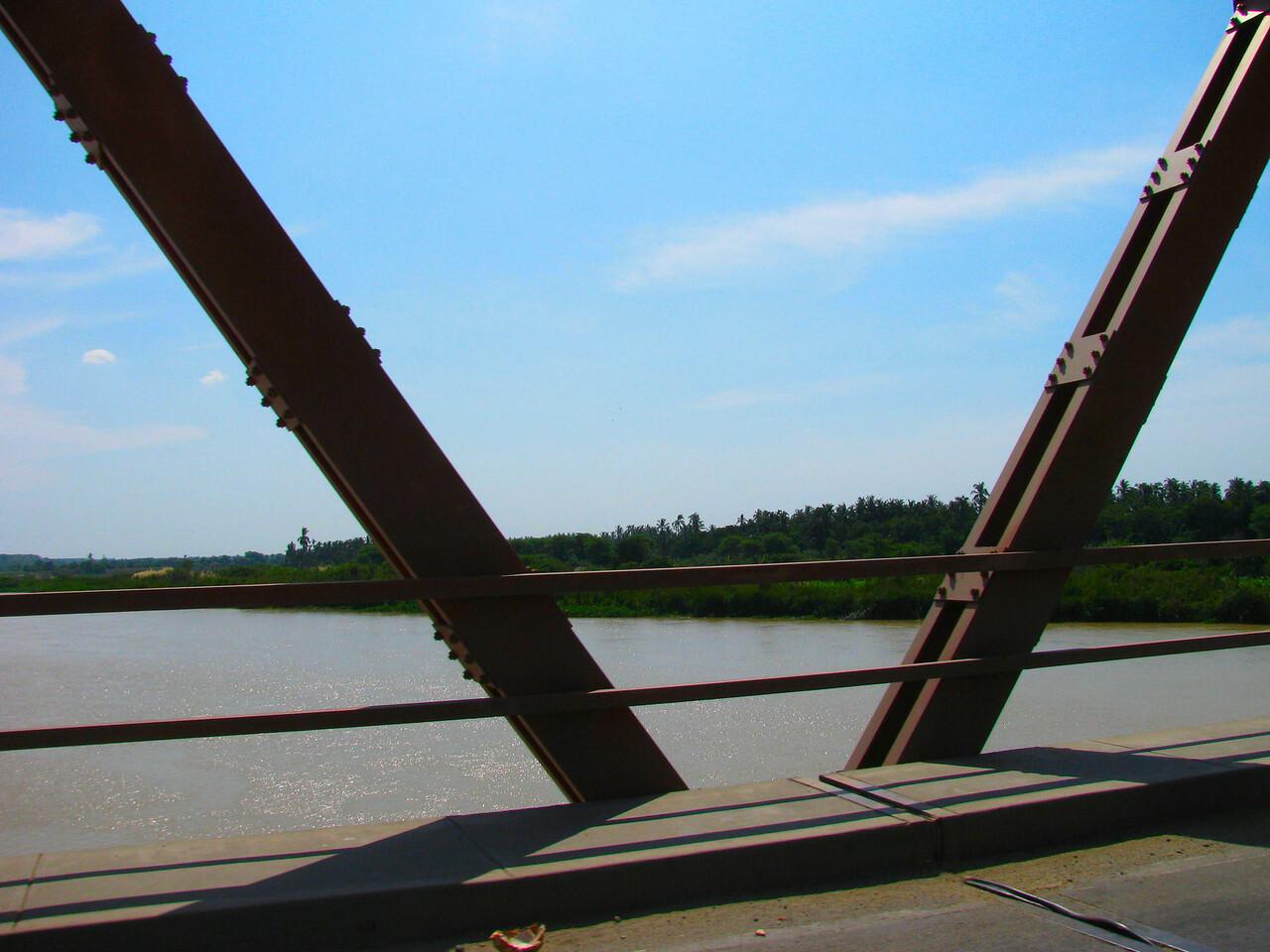 El puente sobre el rio Chira.<br /> <br /> Bridge over the Chira River.