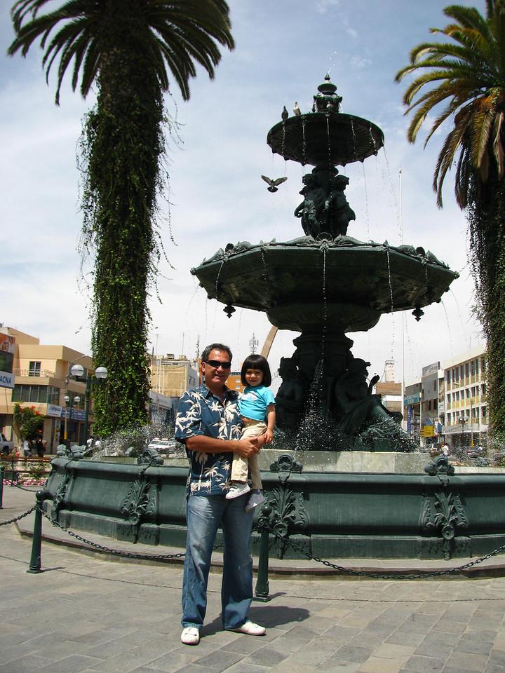 """La bellisima fuente de Tacna, la cual se aseguraba fue dise~ada en los talleres de Gustavo Eiffel, sin embargo el historiador Luis Cavagnaro afirma que fue el ingles M. Cunliffe quien la dise~o...<br /> Mas aqui:  <a href=""""http://juanzegarramacedo.spaces.live.com/blog/cns!5FA4CCD56FA67640!2291.entry?sa=720540338"""">http://juanzegarramacedo.spaces.live.com/blog/cns!5FA4CCD56FA67640!2291.entry?sa=720540338</a>"""