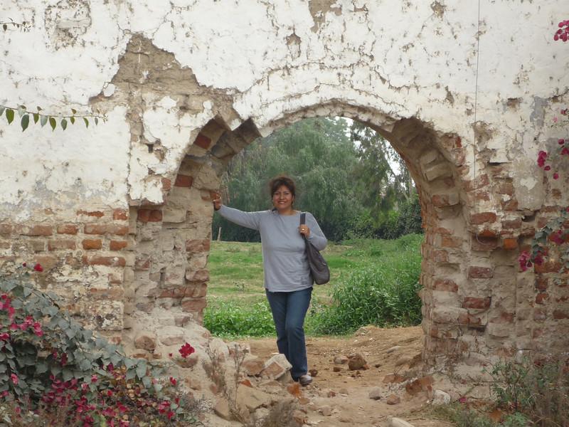 Mom is 'holding the fort' down so-to-speak.  <br /> Mama esta sosteniendo 'el fuerte'.