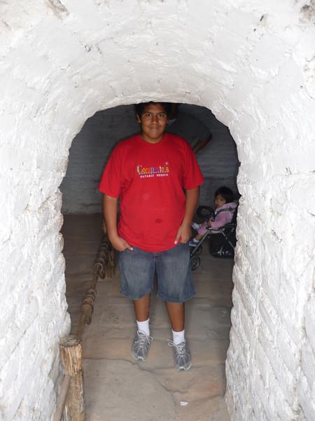 Caesar stands at the entrance of a mazmorra, a sort of jail for rebelious slaves.  Cesitar en la entrada de una mazmorra, un tipo de carcel para esclavos rebeldes.