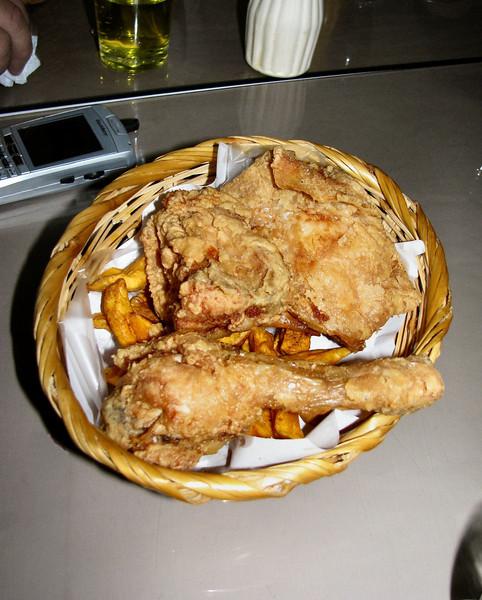 Fried chicken and sweet potato fries... nothing like fresh chicken!<br /> Pollo frito y camotitos fritos... nada como el pollo fresquito!