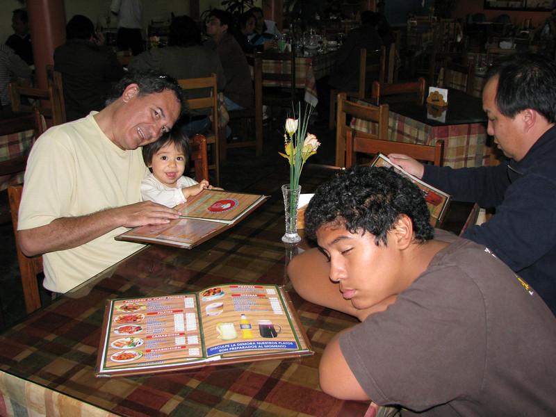 Barely getting into Chincha...  Caesar seems tired, while Angela is wide awake...  <br /> Apenas llegando a Chincha...  Cesitar parece cansado, mientras que Angela esta super despierta...