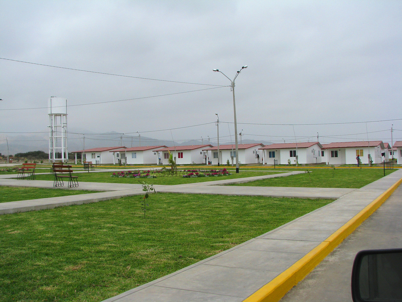 The community of Simon Bolivar, with houses donated by the gobernment of Venezuela.  Everything is fine and dandy, except, the housed are made of.... vinyl.  The word Tupperware comes to mind.<br /> La comunidad de Simon Bolivar, con casas donadas por el bobierno de Venezuela.  Todo esta muy bonito, excepto que las casas estan hechas de... vinil.  No quiero imaginarme el calor que hara en el verano.