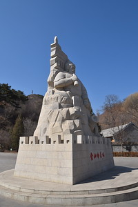 The entrance of Jinshanling has a statue of General Qi Jiguang.   The Jinshanling section was originally constructed by General Xuda in 1368, and subsequently repaird, renovated and expanded by Qi Jiguang in the 1570s.   Qi successfully defeated hordes of Japanese pirates, which gained him the respect of Emperor Muzong, and he subsequently masterminded the construction of more than 1000 watch towers on the wall.