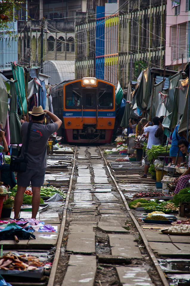 Vendors withdraw as the train comes through - Samut Songkhram - southwest of Bangkok