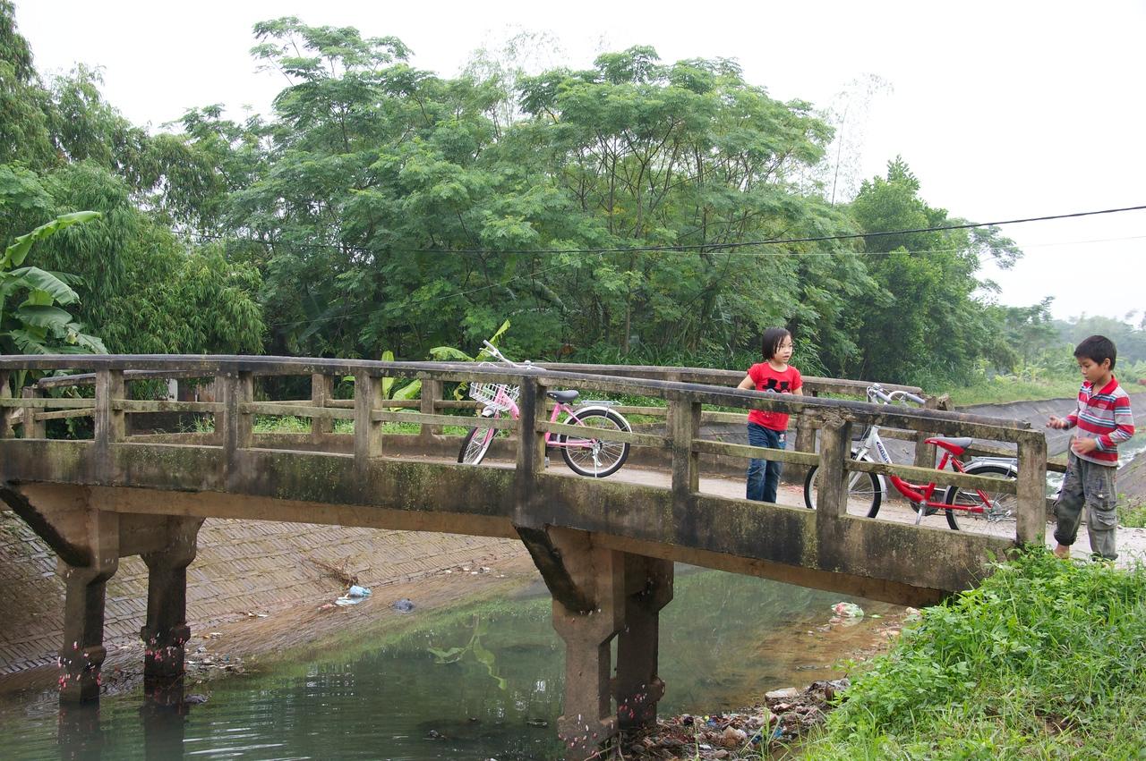 Kids on bridge.