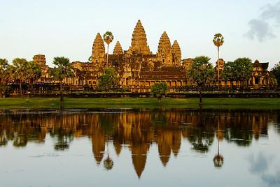 """Het tempelcomplex """"Angkor Wat"""" in (Cambodja) bij zondsondergang. Mooi en indrukwekkend..."""