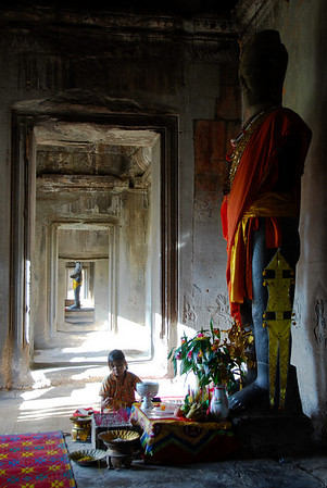 The long hallways features statues of Buddha.