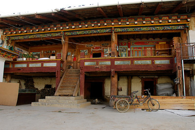 The Chinese (!) guide took us to a Tibetan house, that look more beautiful inside than the ones of real Tibetan people.