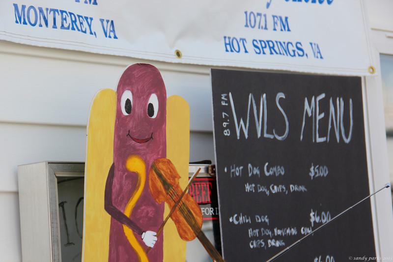 Fiddling hot dog