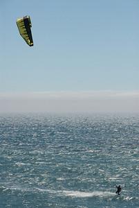 Langs de kustweg tussen San Francisco en LA zie je deze kite surfers regelmatig.