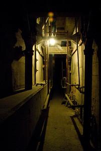 Vanuit de cel kwamen de 3 ontsnapte gevangenen in deze tussenruimte. Ze klommen naar het dak en via een dakraam wisten zij te ontkomen. Niemand heeft ooit nog iets van hen vernomen! Zijn ze verdronken? Leven ze een teruggetrokken bestaan in een ander land?
