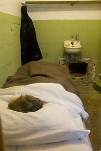 Maandenlang, met een lepel, een gat maken. Vervolgens een pop in het bed leggen en door het gat naar de ruimte achter de cel.