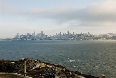 Het uitzicht vanaf Alcatraz... San Francisco lijkt dichtbij, maar de stroming is te sterk om het zwemmend te kunnen bereiken.