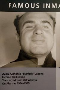 De naam Al Capone kent bijna iedereen. In de gevangenis had hij een aparte vleugel waar hij leefde. Dit in tegenstelling tot andere gevangenen die het moesten doen met een zeer kleine cel. Tijdens zijn leven in vrijheid was Al onaantastbaar, maar in de gevangenis is het leven anders.... In het jaar 1939 wist een medegevangene uit Texas een einde te maken aan het roerige leven van Al Capone. Met meerdere messteken werd hij om het leven gebracht.