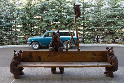 Ons Berenhotel was heel leuk. Lekker ouderwets en gezellig, met overal beren. Aan de reling van het balkon of hier als zitbank.