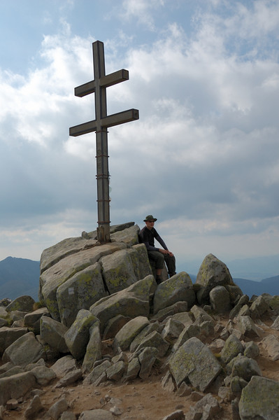 The Slovakian cross at the peak of Dziumbier.