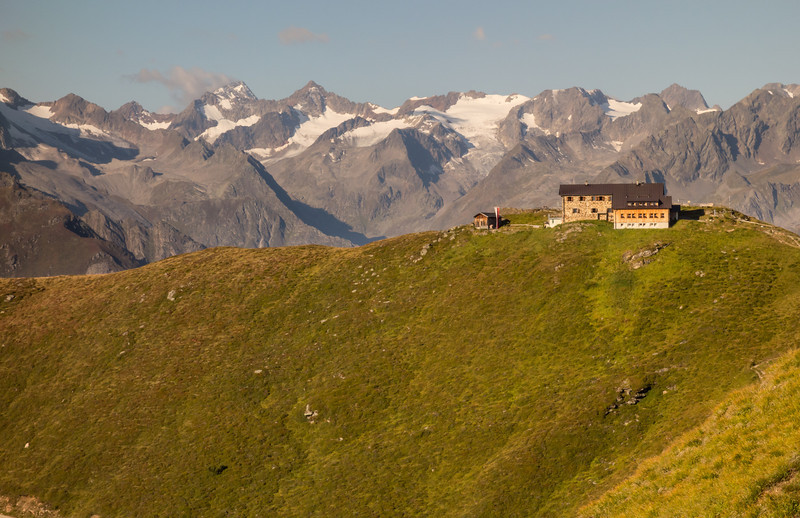 On the last half day of the route, we leave the Starkenburger hut in brilliant sun