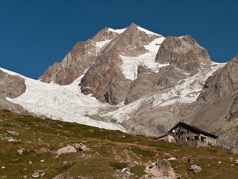The famous Rifugio Elizabetta and the Tre-la-Tete