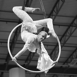 TriangleWineGala_2016_5WatchAcrobat_262016