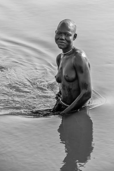Washing in the Nile, Mundari girl