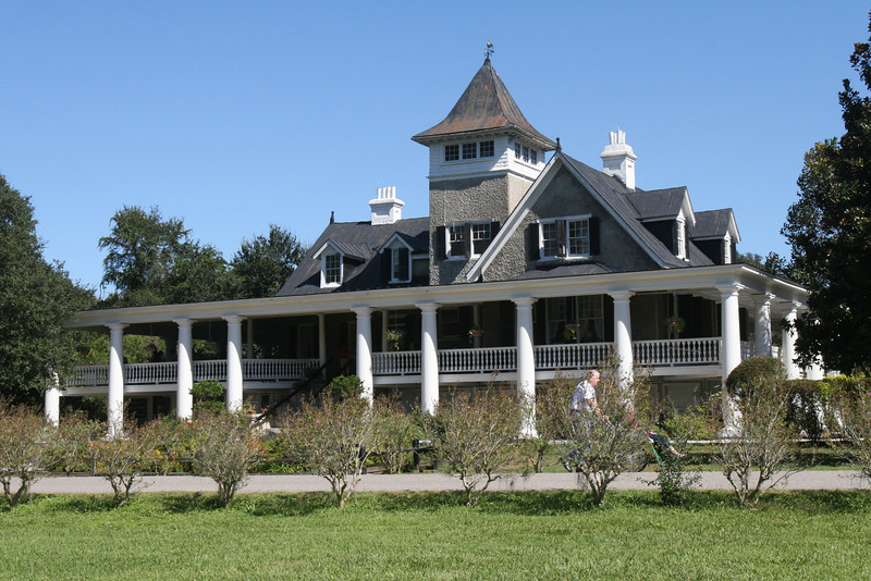 Magnolia Plantation House.  We are located on left side.  You can see someone looking at the pictures.