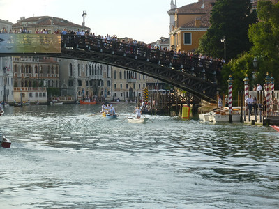 Crowds on the Accademia Bridge watching the racers