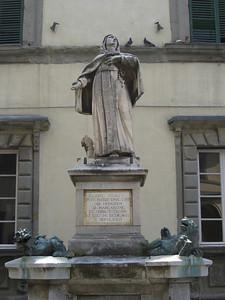 Statue in Piazza Duomo
