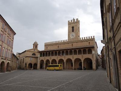 Offida piazza
