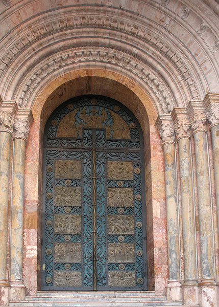 The facade of the New Catedral or Catedral of Immaculate Conception is made of marble and alabaster and surrounds the beautifully ornate doors.