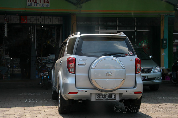 """<font color=""""yellow"""">A Toyota Rush.</font><br>"""