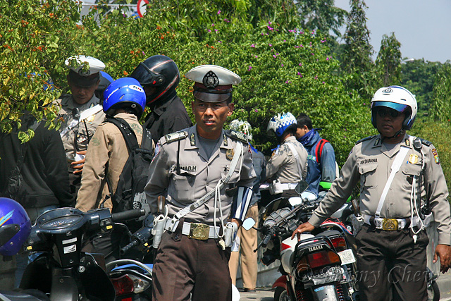 """<font color=""""yellow"""">Traffic police officers on duty.</font><br>"""