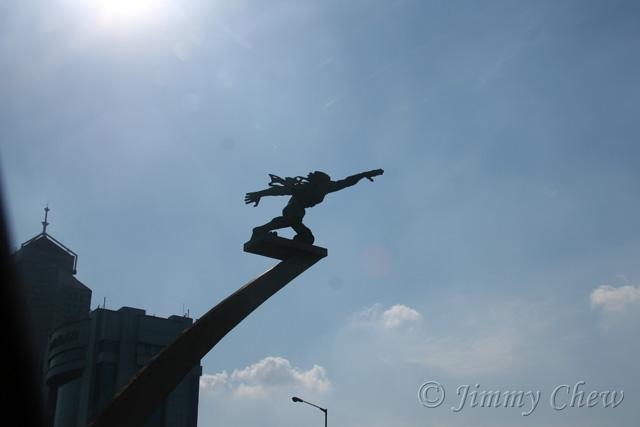 "<font color=""yellow"">The Patung Pancoran (initially known as Patung Dirgantara) statue.</font><br>"