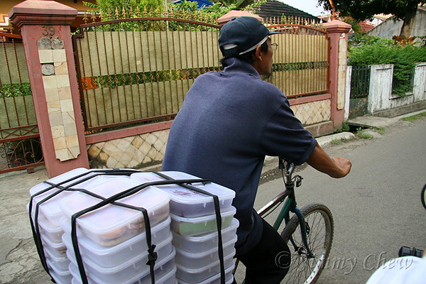 "<font color=""yellow"">Transporting food stored in plastic containers.</font><br>"