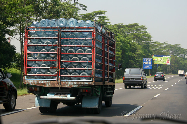 """<font color=""""yellow"""">Aqua is the most popular processed mineral water in Indonesia.</font><br>"""