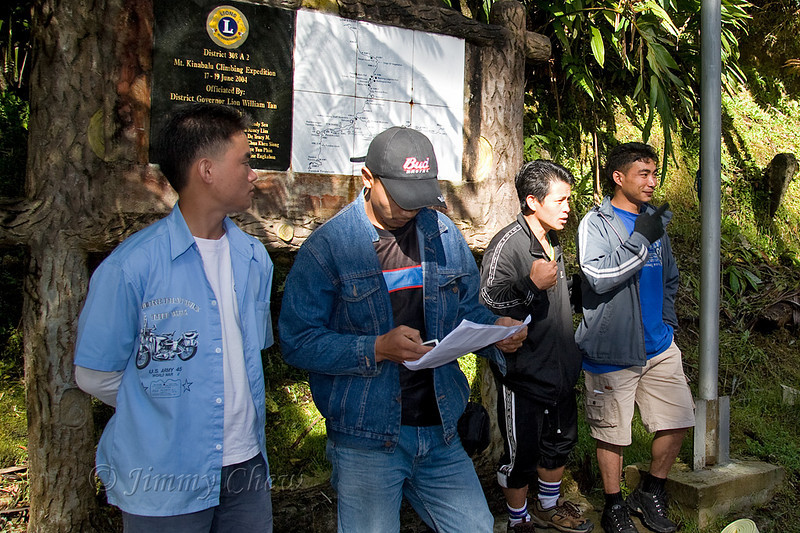 Briefing by guides Jemin (2nd from right) & Wilbert (far right).
