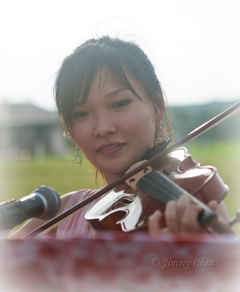 Yih Rui performs on the violin.