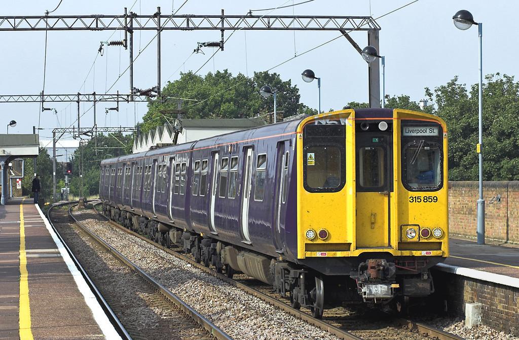 315859 White Hart Lane 3/9/2005<br /> 2U49 1604 Enfield Town-London Liverpool Street