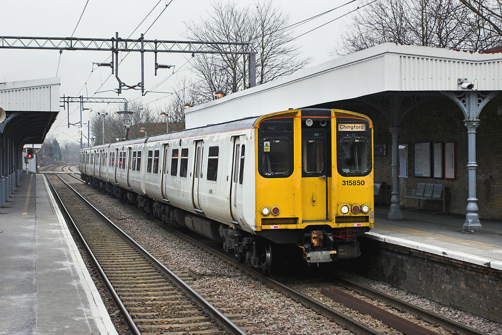 315850 Highams Park 2/2/2006<br /> 2T54 1245 London Liverpool Street-Chingford