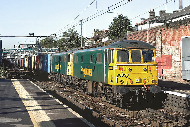 86638 and 86607, Forest Gate 4/10/2006<br /> 4L89 2200 Coatbridge-Felixstowe FLT