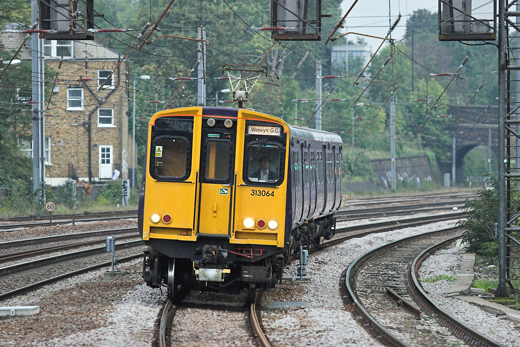 313064 Harringay 18/10/2006<br /> 2V29 1655 Moorgate-Welwyn Garden City