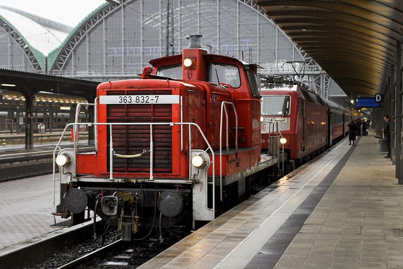 363832 and 120139, Frankfurt (Main) Hbf 20/5/2006<br /> EN349 1740 Frankfurt(Main) Hbf-Moskva Belorusskaya