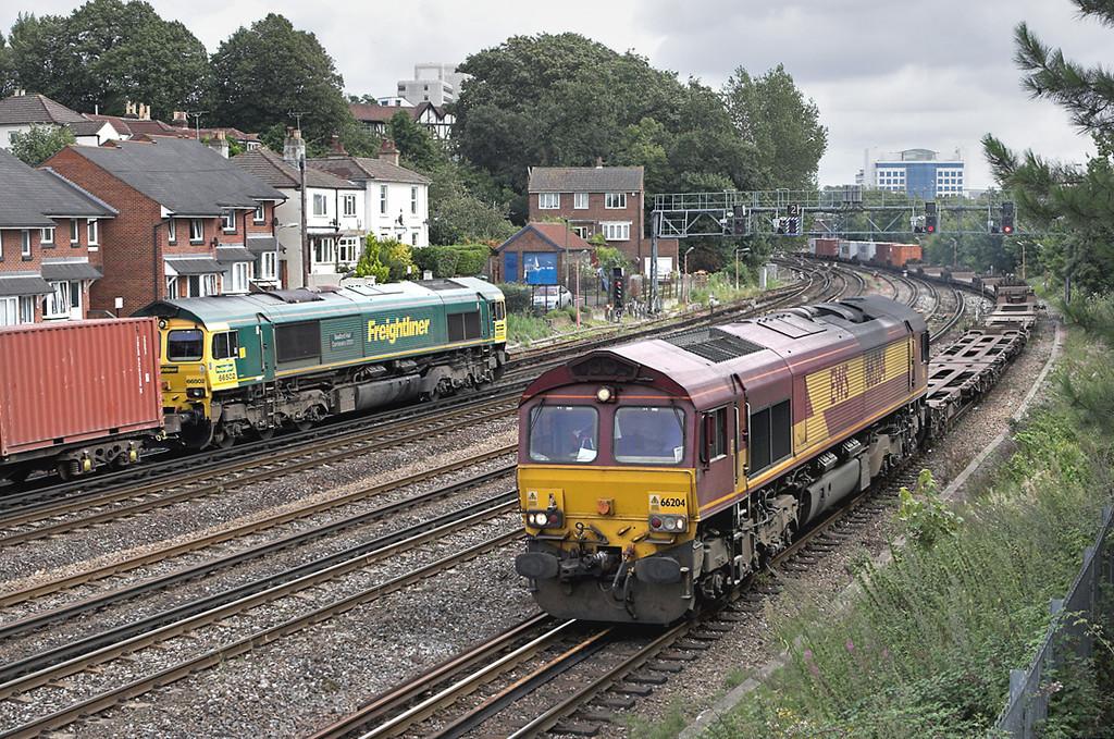 66204 and 66502, Southampton 20/8/2008<br /> 66204: 4B53 1256 Eastleigh Yard-Southampton Docks<br /> 66502: 4M61 1300 Southampton MT-Trafford Park FLT