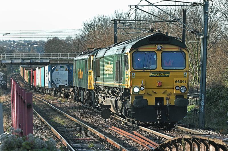 66541 and 90016, South Tottenham 1/12/2009<br /> 4L41 0017 Ditton FLT-Felixstowe FLT