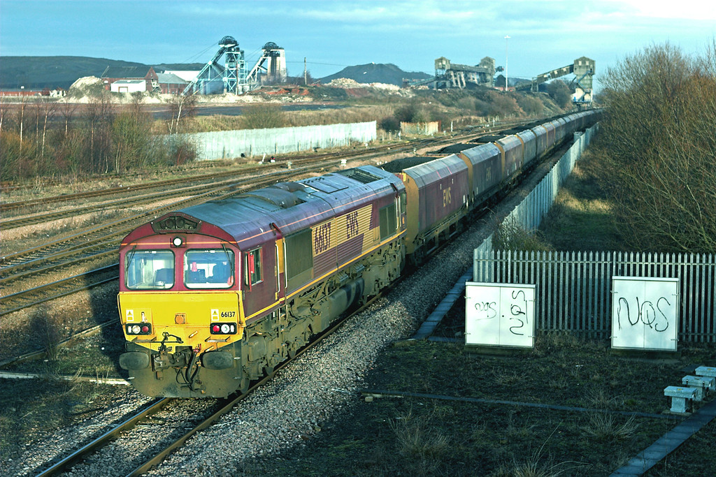 66137 Hatfield and Stainforth 6/1/2011<br /> 6H33 1245 Immingham Dock-Drax PS