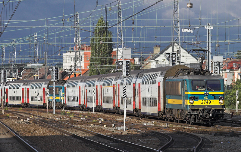 2749 and 2744, Bruxelles-Nord 7/10/2011<br /> IC1538 and IC1638 1539 Tongeren-Knokke/Blankenberge
