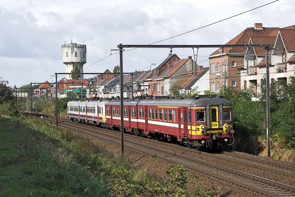 228 and 610, Wetteren 7/10/2011<br /> R560 1037 Brugge-Mechelen