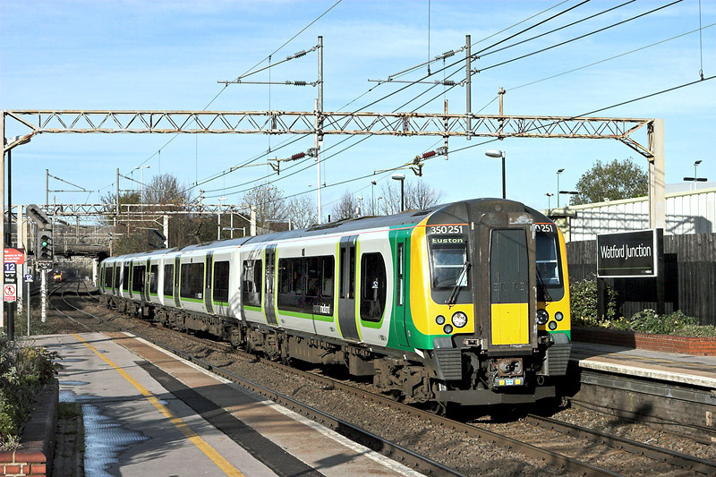 350251 Watford Junction 25/11/2011<br /> 2K24 1047 Milton Keynes Central-London Euston